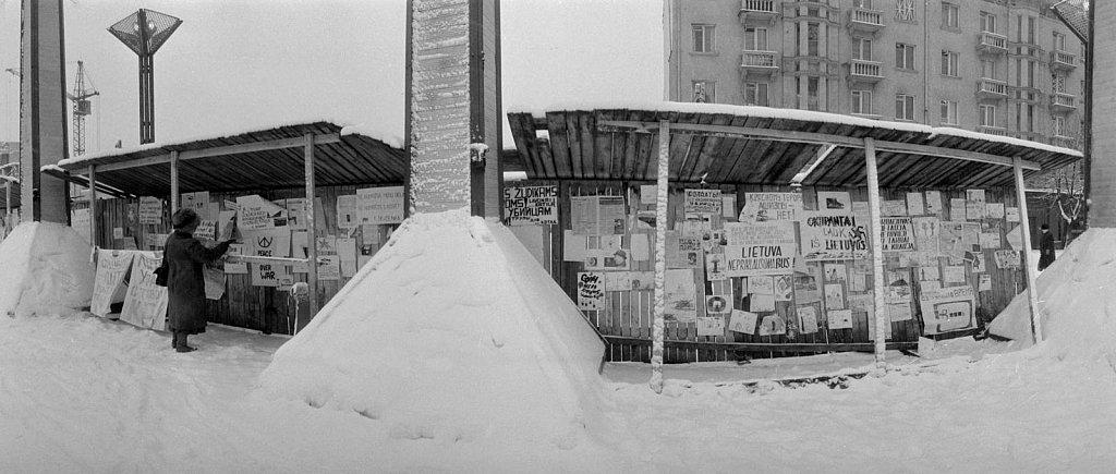 Vaikų piešiniai ir plakatai prie Aukščiausios Tarybos. 1991.02.14. Fot. Aloyzas Petrašiūnas