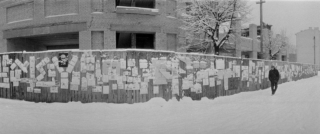 Vaikų piešiniai ir plakatai ant tvoros Gedimino prospekte.  1991.02.14. Fot. Aloyzas Petrašiūnas
