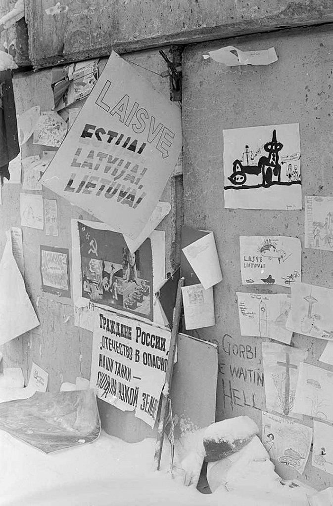Plakatai ir vaikų piešiniai ant barikadų prie Aukščiausios Tarybos. 1991.02.14. Fot. Aloyzas Petrašiūnas