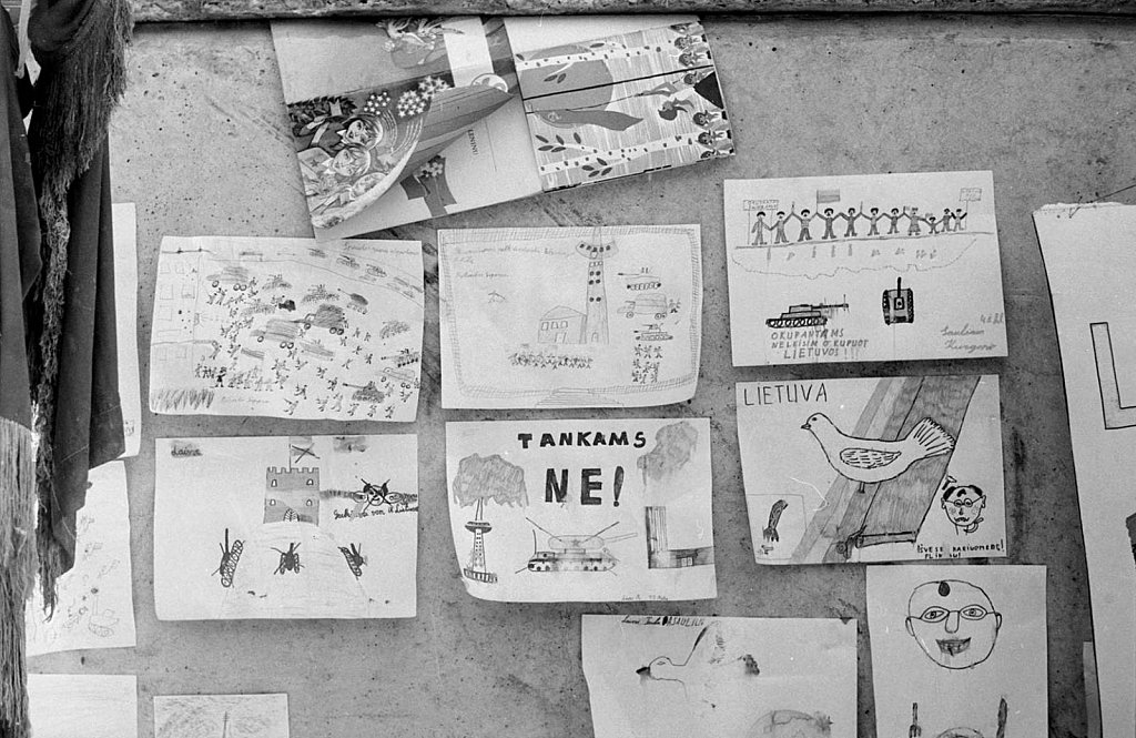 Vaikų piešiniai prie Aukščiausios Tarybos. 1991.02.13. Fot. Aloyzas Petrašiūnas
