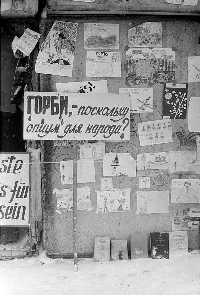 Plakatai ir vaikų piešiniai ant barikadų prie Aukščiausios Tarybos. 1991.02.13. Fot. Aloyzas Petrašiūnas