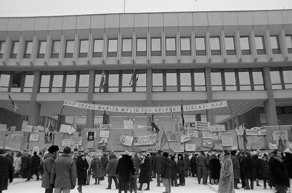Barikados prie Aukščiausios Tarybos. 1991 metų sausis. Fot. Marijonas Baranauskas
