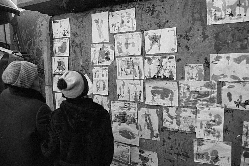 Vaikų piešiniai ant barikadų prie Aukščiausios Tarybos. 1991 sausis. Fot Raimondas Urbakavičius