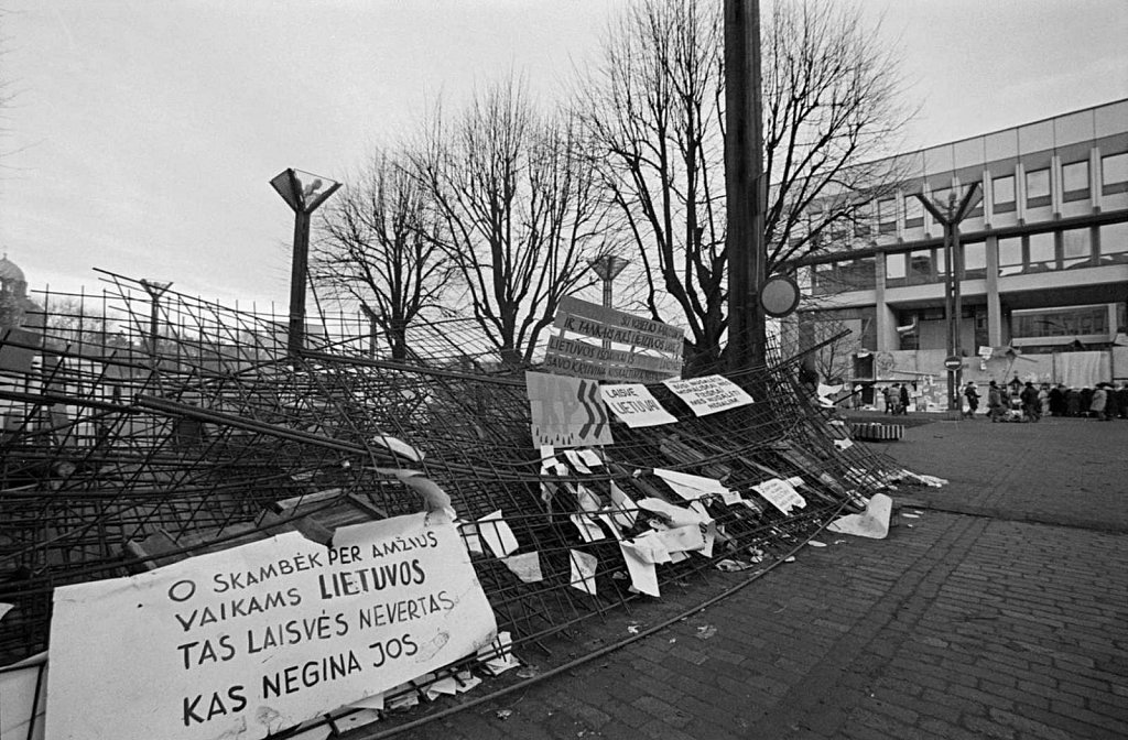Barikados prie Aukščiausios Tarybos. 1991 sausis. Fot Raimondas Urbakavičius