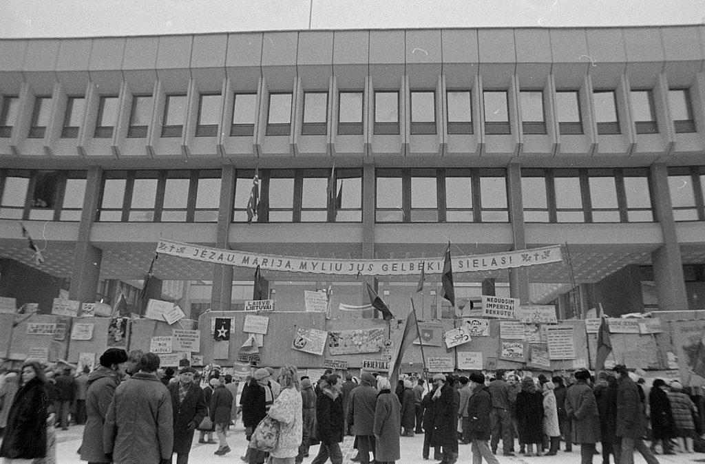 Barikados prie Aukščiausios Tarybos. 1991.01.27. Fot. Marijonas Baranauskas