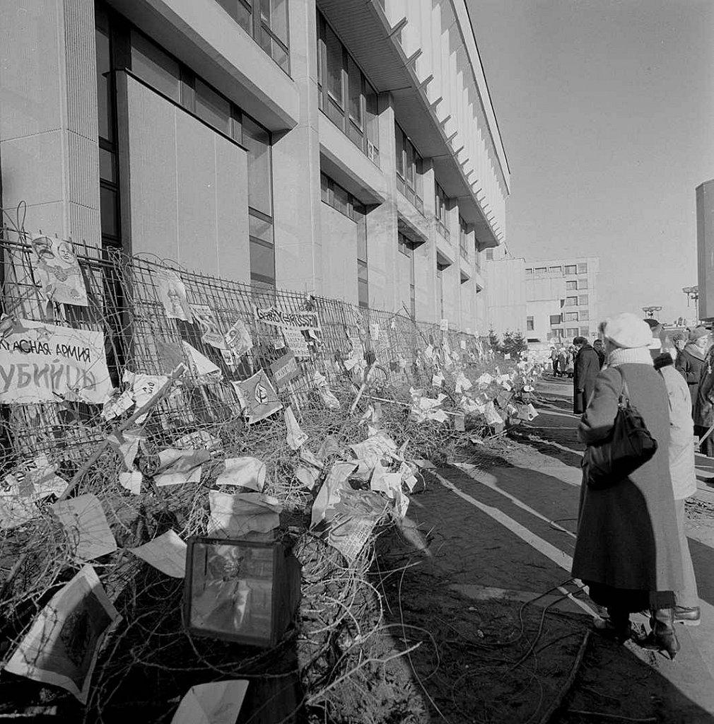 Piešiniai ir plakatai ant barikadų prie Aukščiausios Tarybos. 1991.01.27. Fot. Marijonas Baranauskas