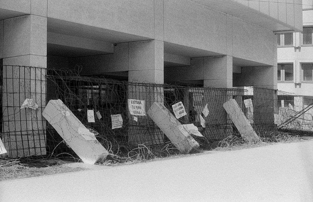 Barikados prie Aukščiausios Tarybos. 1991.05.10. Fot. Valdas Putrimas