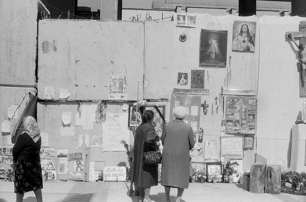 Piešiniai ir plakatai ant barikadų prie Aukščiausios Tarybos. 1991.05.10. Fot. Valdas Putrimas