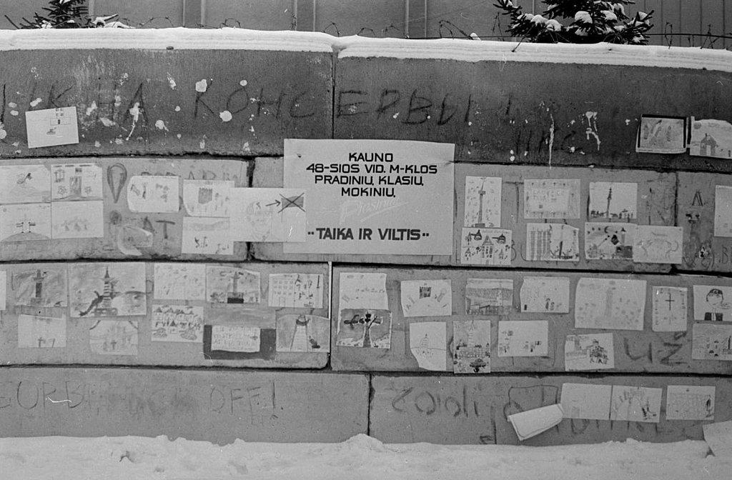 Kauno 48-osios vidurinės mokyklos pradinių klasių mokinių piešiniai ant barikadų prie Aukščiausios Tarybos. 1991.02.17. Fotografas nežinomas