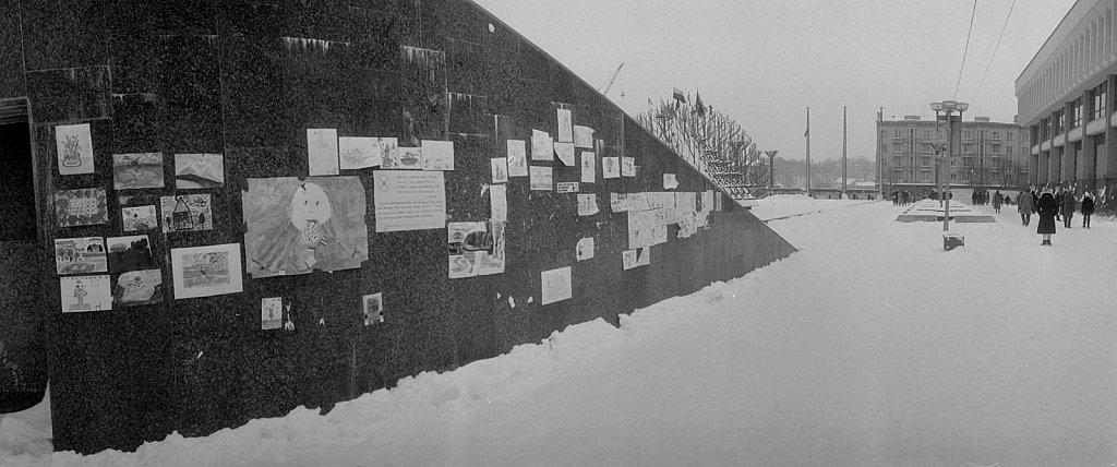 Vaikų piešiniai prie Aukščiausios Tarybos. 1991.02.17. Fot. Aloyzas Petrašiūnas