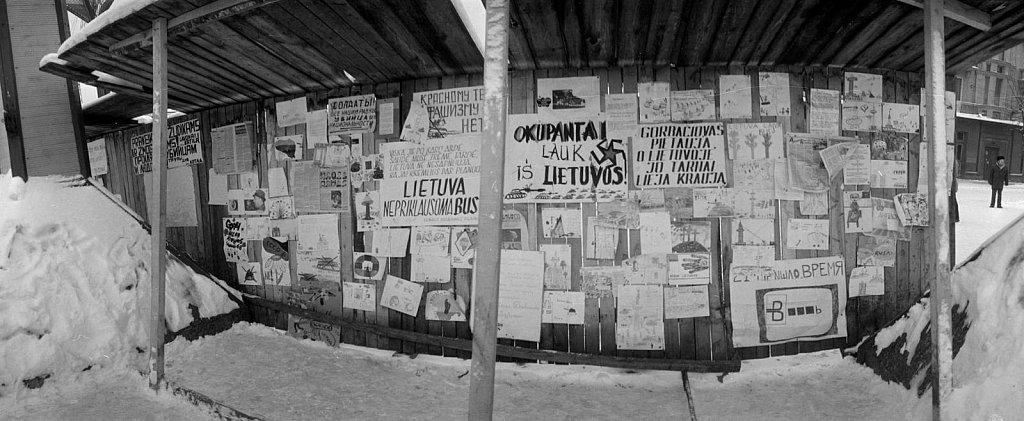 Vaikų piešiniai ir plakatai ant tvoros Gedimino prospekte. 1991.02.17. Fot. Aloyzas Petrašiūnas