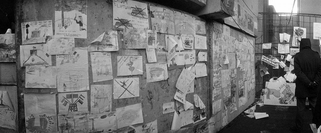 Vaikų piešiniai ir plakatai ant barikadų prie Aukščiausios Tarybos. 1991 sausis. Fot. Aloyzas Petrašiūnas