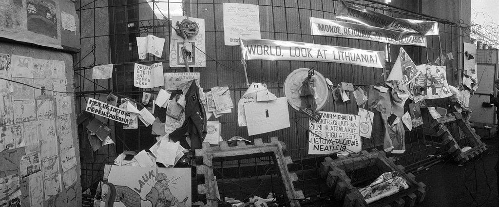 Vaikų piešiniai ir plakatai ant barikadų prie Aukščiausios Tarybos. 1991.01.24. Fot. Aloyzas Petrašiūnas