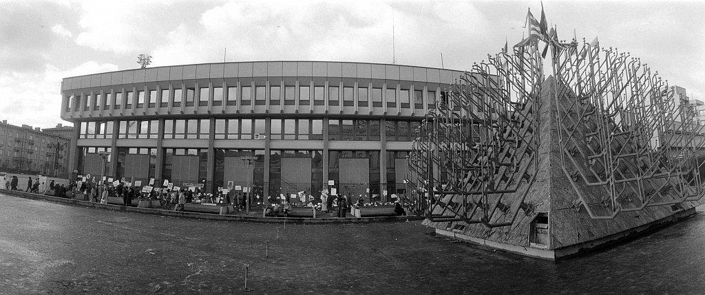 Barikados prie Aukščiausios Tarybos. 1991.01.24. Fot. Aloyzas Petrašiūnas