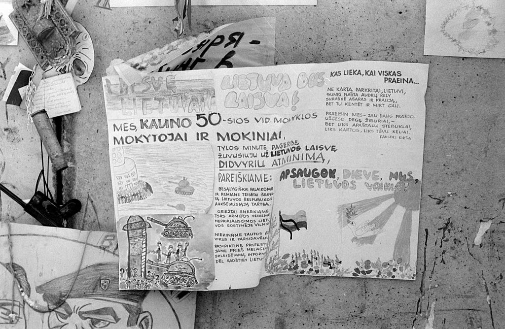Vaikų piešiniai ant barikadų prie Aukščiausios Tarybos. 1991.02.13. Fot. Aloyzas Petrašiūnas